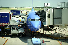 Sydvästlig flygplan och jetway Arkivbild
