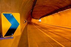 Sygnalizować wśród wyginającego się tunelu Zdjęcia Stock