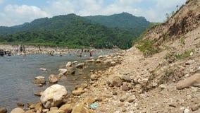 Sylhetheuvel met rivier stock afbeeldingen