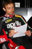 Sylvain Guintoli #50 στο εργοστάσιο Aprilia RSV4 1000 με τη συναγωνιμένος ομάδα Superbike WSBK Aprilia Στοκ φωτογραφία με δικαίωμα ελεύθερης χρήσης