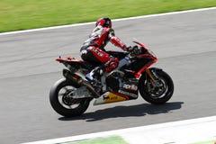 Sylvain Guintoli #50 sulla fabbrica 1000 di Aprilia RSV4 con Aprilia che corre Team Superbike WSBK immagine stock libera da diritti