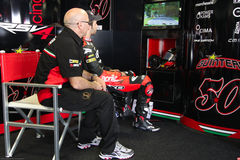 Sylvain Guintoli #50 sur l'usine 1000 d'Aprilia RSV4 avec Aprilia emballant Team Superbike WSBK image libre de droits