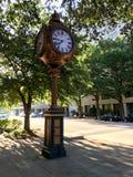Sylvan Bros Vintage Clock framme av smyckenlagret Arkivfoto