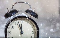 Sylvesterabende Countdown Minuten zum Mitternacht auf einem Weinlesewecker stockbilder