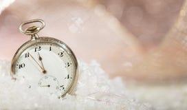 Sylvesterabende Countdown Minuten zum Mitternacht auf einer altmodischen Taschenuhr, bokeh schneebedeckter Hintergrund stockbilder