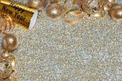 Sylvesterabende Eckengrenze über einem goldenen Hintergrund Stockfotografie