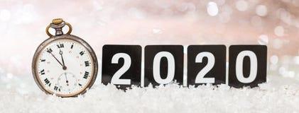 2020 Sylvesterabende Feier Minuten zum Mitternacht auf einer alten Uhr, bokeh festlicher Hintergrund stockbild