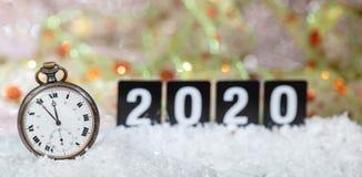 2020 Sylvesterabende Feier Minuten zum Mitternacht auf einer alten Uhr, bokeh festlicher Hintergrund stockfoto