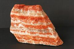 sylvinite矿物也钾盐或或氯化钾夹心蛋糕与氯化钠在黑背景 免版税库存图片