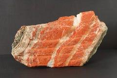 sylvinite矿物也钾盐或或氯化钾夹心蛋糕与氯化钠在黑背景 库存图片