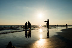 Sylwetek ludzie na plaży Fotografia Royalty Free