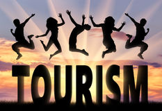 Sylwetek ludzie skacze nad słowo turystyką obrazy royalty free