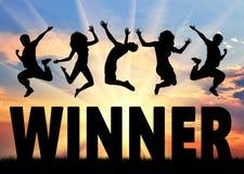 Sylwetek ludzie skacze nad słowo zwycięzcą Zdjęcie Stock