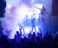 Sylwetek ludzie tanczy przy klubem nocnym Obrazy Royalty Free