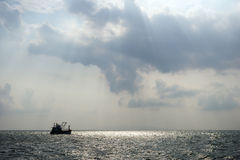Sylwetka łódź rybacka na morzu Zdjęcie Royalty Free