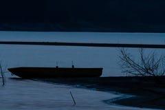 Sylwetka łódź rybacka na sandbar Obrazy Stock