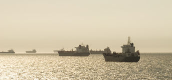 Sylwetka ładunków statki nad wschodem słońca Zdjęcie Royalty Free