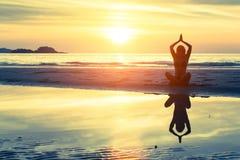 Sylwetka żeński ćwiczy ranku joga Obrazy Stock