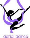 Sylwetka żeński tancerz na purpurowym powietrznym jedwabiu Fotografia Stock