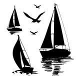 Sylwetka żeglowanie łódź na białym tle royalty ilustracja