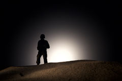 Sylwetka żołnierz na ciemnym tle Zdjęcia Royalty Free