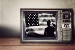 Sylwetka żołnierz na flaga amerykańskiej w rocznik telewizi obrazy stock