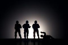 Sylwetka żołnierze na ciemnym tle Obrazy Royalty Free