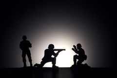 Sylwetka żołnierze na ciemnym tle Zdjęcie Stock