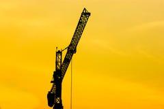 Sylwetka żuraw z piłującym nieba tłem Fotografia Stock