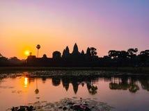 Sylwetka Angkor Wat świątynia z Powstającym słońcem fotografia royalty free
