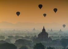 Sylwetka antyczne pagody w mgle podczas wschodu słońca dowcipu Zdjęcia Royalty Free