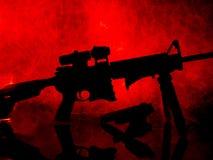 Sylwetka AR-15 Sportowy karabin i 9mm pistolecik obraz stock
