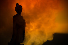 Sylwetka Arabski mężczyzna stoi samotnie w pustyni i oglądać zmierzch z chmurami mgła Wschodnia bajka Obrazy Stock