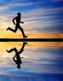 Sylwetka bieg mężczyzna przeciw kolorowemu niebu. Fotografia Royalty Free