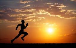 Sylwetka bieg mężczyzna przeciw kolorowemu niebu Zdjęcie Royalty Free