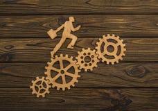 Sylwetka biznesmen z teczką iść sukces przez przekładnia setu Fotografia Stock