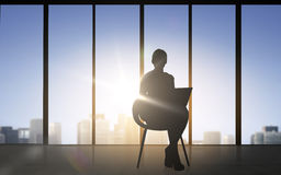 Sylwetka biznesowa kobieta z laptopem Obraz Royalty Free