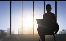 Sylwetka biznesowa kobieta z laptopem Fotografia Stock