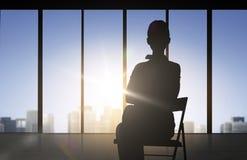 Sylwetka biznesowej kobiety obsiadanie na krześle Fotografia Royalty Free