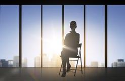 Sylwetka biznesowej kobiety obsiadanie na krześle Obraz Royalty Free