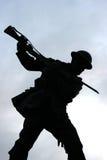 Sylwetka Brytyjski Tommy z patroszonym bagnetem na wojennym pomniku w Diamentowym Londonderry Północnym - Ireland Obrazy Stock