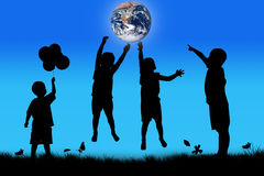 Sylwetka chłopiec doskakiwania szczęśliwy dotyk ziemia fotografia royalty free