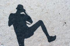 Sylwetka cień fotograf na kamienistej ziemi obraz stock