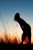 Sylwetka cieszy się naturę przy wschodem słońca młoda kobieta Obrazy Royalty Free