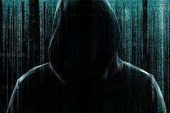 Sylwetka cyber przestępca przeciw tłu z cyfrowymi symbolami royalty ilustracja