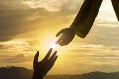 Sylwetka daje pomocnej dłoni Jezus obrazy royalty free