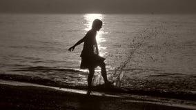 Sylwetka dama bryzga morze zdjęcie wideo