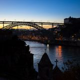 Sylwetka Dom Luis przerzucam most przy nocą w przedpolu zaniechane kaplicy porto Zdjęcia Stock