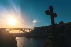 Sylwetka Dom Luis przerzucam most przy zmierzchem na przedpole krzyżu w kaplicie porto zdjęcia royalty free