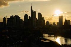 Sylwetka drapacze chmur w Frankfurt magistrala - Am - zdjęcie stock